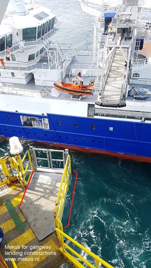 Landing and docking constructions for gangways offshore